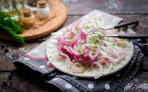 Как мариновать лук быстро и вкусно: лучшие рецепты в уксусе и масле, хранение