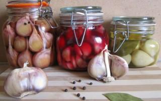 Простые рецепты маринованного чеснока — классика и оригинальные идеи