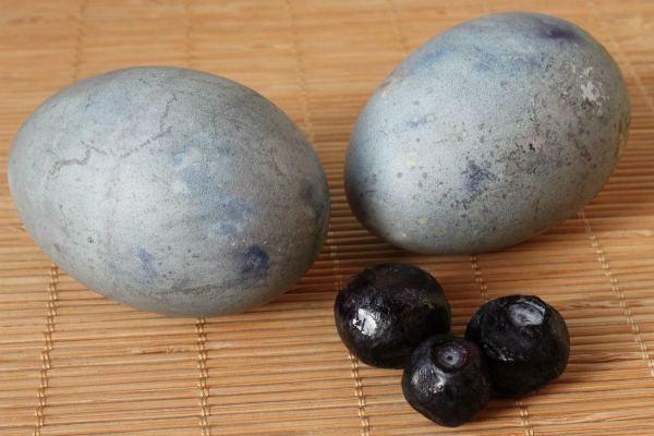 Окраска яиц черникой