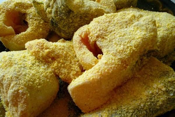 Рыба панированная в кукурузной муке