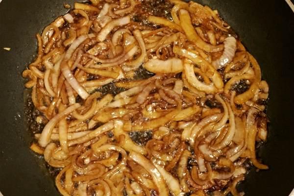 Карамелизированный в соевом соусе лук