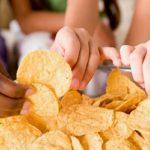 Едят чипсы